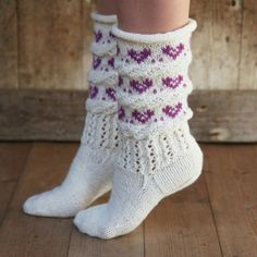 Hjertefin (Fjord/Ask) - oppskrift Crochet Socks, Knitting Socks, Baby Knitting, Knit Crochet, Norwegian Knitting, Rainbow Socks, Socks And Heels, Cute Socks, Wool Socks