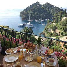 """""""Café da manhã com vista linda em Portofino. #cafédamanhã #cafedamanha #breakfast #desayuno #view #vistatop #breakfastwithaview #portofino #italy #sunday…"""""""