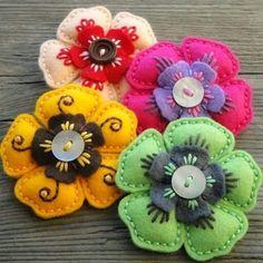 Felt Brože - Hana Jorpalidisová felt flowers with buttons Felt Embroidery, Felt Applique, Embroidery Dress, Felted Wool Crafts, Felt Patterns, Doily Patterns, Dress Patterns, Felt Decorations, Felt Brooch