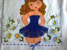 Pano de prato com pintura em tecido de boneca com vestido de crochê azul,entre margaridas ,acabamento com barrado ingles .Temos outras opçoes de cores . R$ 29,90