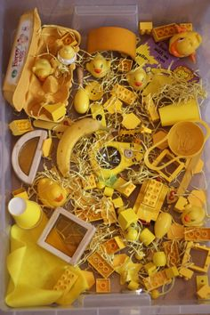 Shades of yellow sensory bin, Do a different color every couple days! I love this idea of exploring color with different objects Sensory Tubs, Sensory Boxes, Sensory Play, Color Activities, Sensory Activities, Preschool Activities, Reggio Emilia, Diy Gifts To Make, Imagination Tree
