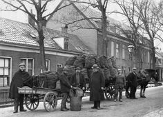 Werklui bij een kolenwagen met daar achter een handkar met weegschaal op de Blauwkapelseweg te Utrecht, 1910-1920