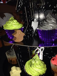 Halloween cupcakes with chocolate ghosts