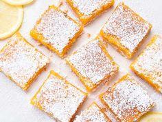 Dessert lemon bars over baking paper Lemon Curd Filling, Tart Filling, Lemon Desserts, Easy Desserts, Dessert Recipes, Breakfast Recipes, Dessert Simple, Fish And Chips, Shortbread Bars