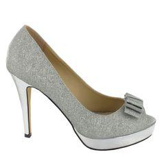 Zapato de tacón alto y plataforma, con adorno de lazo, en tono Plata. Refinados, ideales para ocasiones especiales. Ref.6641 // High heel platform shoes with bow detail, in Silver colour. Refined, for especial occasions. Ref.6641