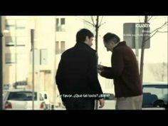 Iniesta y Casillas le piden autografos a la gente en la calle