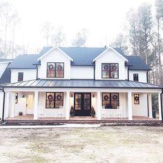 100 Modern Farmhouse Exterior Color Schemes Ideas – Best Home Decorating Ideas Farmhouse Exterior Colors, Modern Farmhouse Design, Farmhouse Style, Farmhouse Front, Rustic Farmhouse, Farmhouse Windows, Rustic House Design, Rustic Houses, Country Houses