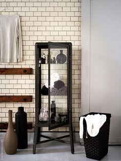Att ha rikligt med förvaringsutrymme i badrummet är härligt. I FABRIKÖR vitrinskåp får alla sköna handdukar, tre nyanser av svart nagellack, tvålar, krämer och allt annat som behövs plats. Med sin nostalgiska design, mörkgrå färg och glas åt alla håll blir den lätt en favorit.