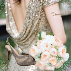 Dica de look para madrinhas, ou até mesmo para casamento no civil!  Vestido com paetês e nossa Peep Toe prata velha com brilho e solto médio que proporciona muito conforto!