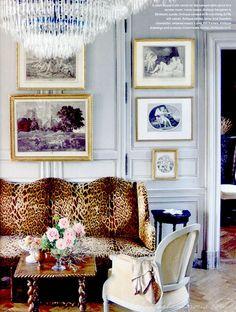Good example of hanging art on top of moldings. Eine Leo-Couch im Wohnzimmer kann ganz schön stylish aussehen! #inspiration #livingroom #home