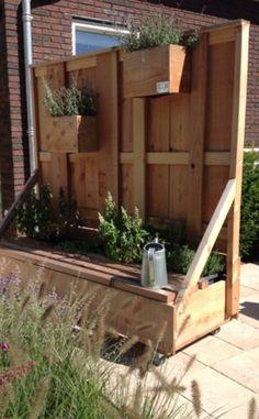 Verrijdbare schutting met bankje en plantenvakken. Handig om een zithoek te maken of iets in je tuin af te schermen (vuilcontainers bijvoorbeeld)