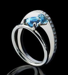 Sunrise - witgouden ring met blauwe saffier en diamant.     In de spiegeling van de ring ziet u de zon in de zee naar boven komen. De fonkeling van een nieuwe dag en de positieve toekomst. www.marijkemul.nl