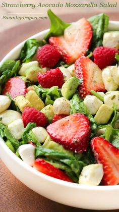 Strawberry Avocado Mozzarella Spinach Salad - Strawberry Avocado Mozzarella Salad - A delicious summer salad that takes 10 minutes to make. Juicy fruit and crisp lettuce tossed in a simple vinaigrette. Plus, find out how I keep produce fresh longer with @rubbermaid #FreshWorks #ad #FreshWorksCrowd