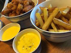 """Fish 'n chips by KTLY  Har lagt det til min mor og stefaren.  Fish and chips er en klassisk måte å spise fisk på i England. Man får det ofte servert i avispapir på en kiosk eller på """"Serverer"""" med aioli og remulade hmmm"""