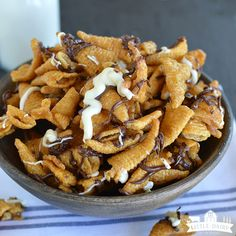 Five Minute Caramel Bugles. Five Minute Caramel Bugles are sweet salty and extremely addicting. They are almost dangerous that because are so quick and easy to make! Great for gifts. Easy Candy Recipes, Snack Mix Recipes, Yummy Snacks, Easy Desserts, Dessert Recipes, Cooking Recipes, Snack Mixes, Cooking Stuff, Fall Recipes