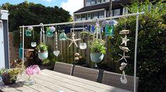 Gezelligheid in de tuin! Tafelklem van Intratuin met leuke accesoires eraan.