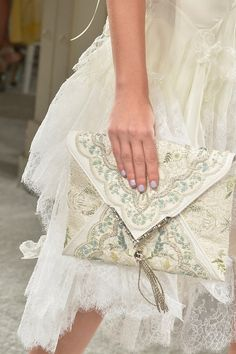 Marchesa Spring 2014 - Detail bolso de mano tipo sobre bordado blanco
