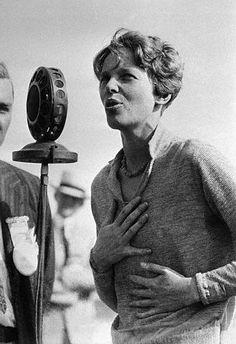 Beauty Inspiration: Amelia Earhart - flying outside boundaries Amelia Earhart, Amelie, Famous Women, Famous People, Vintage Photographs, Vintage Photos, Female Pilot, Historical Pictures, Rare Pictures