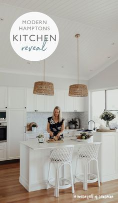 Kitchen Reveal Time This Modern Hamptons Style Kitchen Is A Dream. Enter And Take A Look Via Karenschrav Salon Hamptons, Die Hamptons, Hamptons Living Room, Hamptons Style Decor, Farmhouse Style Kitchen, Modern Farmhouse Kitchens, Home Kitchens, Kitchen Modern, Kitchen On A Budget