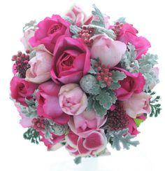 中央の深いピンクのバラは、イブピアッチェといいます。冬らしく、クリスマスの要素もいれて、というリクエスト。この華やかで深いピンクはなかなか他の花では出せな...
