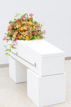 Prachtig en levendig rouwbloemstuk op moderne kist. Meer inspiratie en ideeën voor een persoonlijke invulling van de uitvaart vind je op http://www.rememberme.nl/