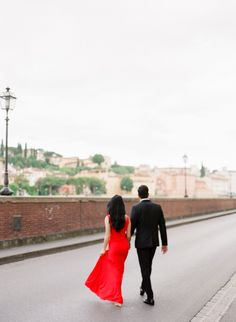 Honeymoon photos in Florence that make you dreaming of Italy Italy Honeymoon, Living In New York, Beautiful Hotels, Engagement Shoots, Professional Photographer, Florence, Dreaming Of You, The Incredibles, Couple Photos
