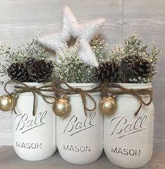 Beau Noël Mason jar décor blanc parfait pour cette chambre spéciale. Cet ensemble de pinte de taille de blanc que pots Mason a été légèrement bouleversée. Elles disposent d'un ornement de flocon de neige argent magnifique mini. Ficelle termine le look pour donner une touche