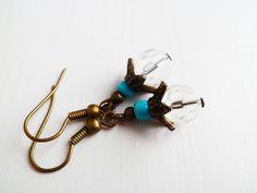 Hier biete ich ein schönes Paar Vintage Ohrringe mit weißen,facettierten Glasperlen.     Länge ca. 1cm  Ohrhänger Nickelfrei in Bronze.