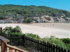 Linga Longa Beach House is located on the beach in the coastal town of Great Brak.