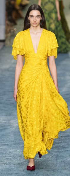 New York Fashion Week: Carolina Herrera otoño-invierno Fashion Week, New York Fashion, Runway Fashion, Womens Fashion, Fashion Trends, Spring Fashion, Carolina Herrera, Mini Vestidos, Belle Silhouette