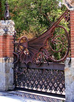 Portal de dragón. Finca Güell. Barcelona, España. #Gaudí, 1884-1887