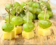 Spiedini di uva e formaggio: l'antipasto allegro e sfizioso che non spreca