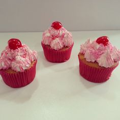 Deliciosos Cupcakes con cereza para una soleada tarde de #viernes en #Bogotá .Visítanos en la Cra 11 No. 138 -18. #PasteleríaArtesanal #Cupcakes #SoSweet #happybirthday Cupcakes en Bogotá. #cumpleaños #cupcakefactory