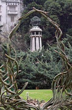 Jardín Botánico de Buenos Aires-  El lugar ha sido declarado Monumento Histórico y lleva el nombre de su creador. Son casi 8 hectáreas de verde en plena ciudad, con unas siete mil especies botánicas perfectamente mantenidas y cuidadas y unas obras de arte escultóricas que te dejan con la boca abierta.