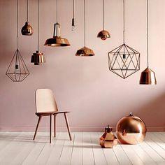 #Draadlampen zijn goed te combineren me andere #hanglampen in dezelfde #kleur. Hier zie je een prachtig #geheel van #koperen #lampen en #accessoires. #copper #pendant #lights #chair #pink