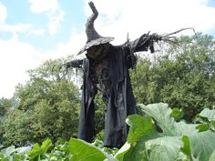 Scarecrow: looks very creepy and ancient Halloween Scarecrow, Creepy Halloween, Outdoor Halloween, Halloween Party Decor, Halloween House, Halloween 2020, Holidays Halloween, Halloween Crafts, Happy Halloween