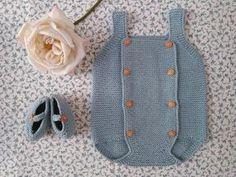 Patrón gratis de pelele para bebé y patucos a juego. Instrucciones con lujo de detalle y recomendaciones personales.