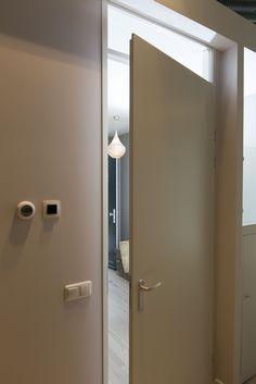 Comfort line #deurenpakket bestaat uit vlakke #opdekdeuren met #bovenlicht in #aluminium #kozijnen en langschilt aluminium #deurbeslag