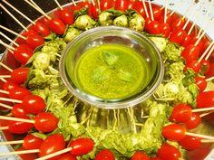 espetinhos de tomate cereja, manjericão e queijo de cabra mergulhado no molho Pesto.