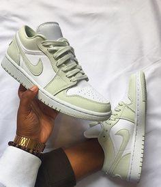 Dr Shoes, Swag Shoes, Cute Nike Shoes, Cute Nikes, Nike Air Shoes, Hype Shoes, Green Nike Shoes, Sneakers Nike, Shoes Jordans