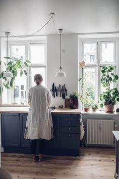 Home Tour with Stine Marie Rosenborg in Copenhagen stine marie rosenborg home tour 01 Bungalow Kitchen, Floor Trim, Kitchen Stories, Simple House, Beautiful Kitchens, My Dream Home, Wabi Sabi, Kitchen Interior, Interior Inspiration