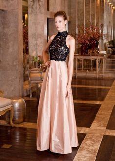 Vestido con cuerpo de encaje negro y falda de color rosa salmón de seda de Patricia Bonaldi