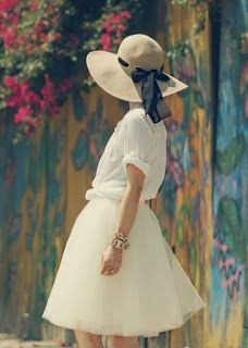 A Cinderella Story: Tulle Skirt Straw Hat ( Shirts Love tulle skirts; this looks like a real life Monet Look Retro, Look Vintage, White Tulle Skirt, Tulle Skirts, White Dress, Mode Inspiration, Dress Me Up, Passion For Fashion, Spring Fashion