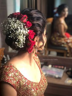 Looking for bridal bun with roses and babys breath? Browse of latest bridal photos, lehenga & jewelry designs, decor ideas, etc. Bridal Hairstyle Indian Wedding, Vintage Bridal Hair, Bridal Hair Buns, Bridal Hairdo, Hairdo Wedding, Indian Bridal Hairstyles, Wedding Hairstyles For Long Hair, Bride Hairstyles, Bridal Hairstyle For Reception