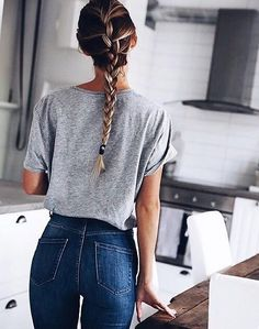 Casual high waisted blue jeans and gray tee.