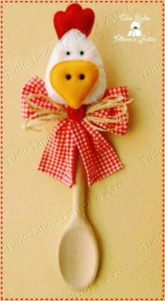 Enfeite cozinha colher de pau Wooden Spoon Crafts, Wooden Spoons, Craft Projects, Projects To Try, Chicken Art, Felt Crafts, Cleaning Hacks, Pot Holders, Nativity