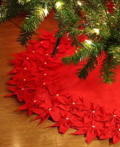 Top 10 Festive DIY Christmas Tree Skirts / Love the poinsettia tree skirt Xmas Tree Skirts, Diy Christmas Tree Skirt, Noel Christmas, Xmas Trees, Burlap Christmas, Crochet Christmas, Christmas Lights, Festival Diy, Diy Fest