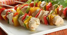 Classic Chicken and Bell Pepper Kabobs Chicken, onions and bell peppers are marinated in an exquisite honey and soy sauce mixture, before being threaded on to skewers and barbequed. They are perfect for feeding a crowd. Picnic Food List, Healthy Picnic Foods, Picnic Snacks, Picnic Dinner, Picnic Ideas, Healthy Food, Green Diet, Frozen Breakfast, Honey And Soy Sauce