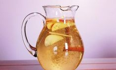 Zimt-Apfel-Zitronenwasser zum Abnehmen Water with cinnamon, apple and lemon can be prepared quickly and promotes well-being. Apple Cinnamon Water, Apple Water, Cinnamon Apples, Cinnamon Sticks, Cinnamon Drink, Cinnamon Powder, Lemon Water, Help Losing Weight, Lose Weight