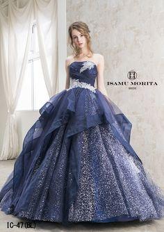IC-47(BL) カラードレス|特別な日のために、あなただけの生涯最高のドレスを。圧倒的な存在感を放つ、ISAMU MORITAのウェディングドレス。精工なビジューの装飾やデコルテを彩るテクニックが、見る人の心を掴んで離しません。他にはないイサムモリタこだわりのウエディングアイテムも豊富にご用意。